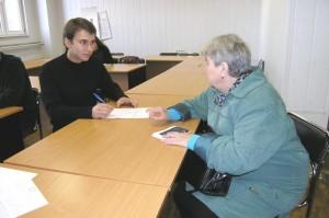 Студент Брестского государственного университета им. Я. Купалы оказывает консультацию. Фото с официального сайта университета