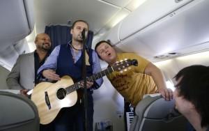 Во время выступления на борту самолета на высоте 10 тыс. метров, фото sb.by